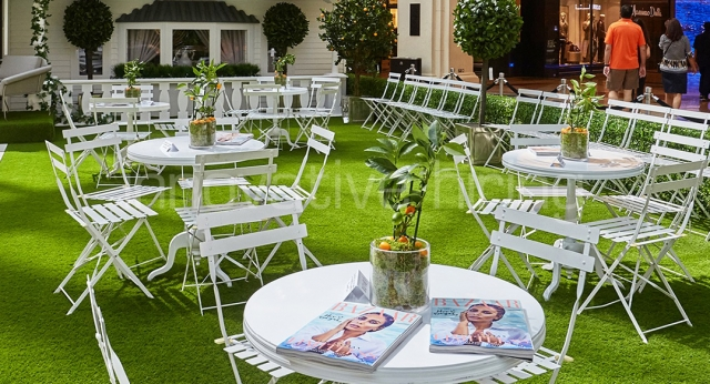 Features: New York Cafe Tables with Garden Chairs